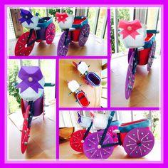 Bicicleta decorativa, con DVDs, palitos de helados, envase de queso burgos para la cesta, y por ultimo envase de nesquik, muy alegre y decorativo para jardin o terraza / by Luz Arias...