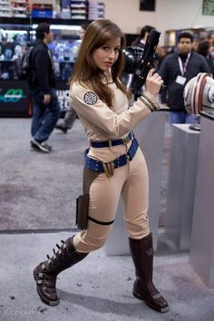 Damn fine original BSG uniform.  I give the girl two thumbs up for this one!  Also, where do i get boots like that, just for the everday? lol