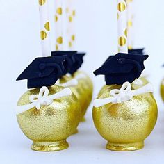 Graduation Cake Pops ★ Have run out of graduation party decoration ideas? This post will help you forget about the pre-party commotion once Graduation Cake Pops, Graduation Treats, Graduation Party Planning, Graduation Celebration, Graduation Decorations, Graduation Party Decor, School Decorations, Grad Parties, Graduation Cards