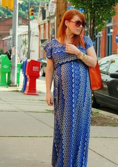printed maxi skirt and bold bag (maternity outfit)