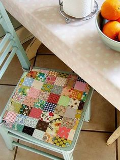 pretty patchwork seat cushion pattern-for the girls rocking chair Sewing Hacks, Sewing Crafts, Patchwork Chair, Patchwork Cushion, Quilting, Creation Couture, Sewing Pillows, Sewing Projects For Beginners, How To Make Pillows