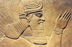 los sumerios, acadios, asirios, persas, etc. En la arquitectura destacan los zigurats, grandes templos de forma escalonada piramidal, mientras que la escultura se desarrolla en talla exenta o relieve, en escenas religiosas o de caza y militares, con la presencia de figuras humanas y animales reales o mitológicos