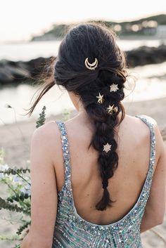 sposa con treccia e stelle nei capelli Celestial Wedding, Vines, Wedding Inspiration, Boho, Hair Styles, Beauty, Makeup, Hair Plait Styles, Make Up