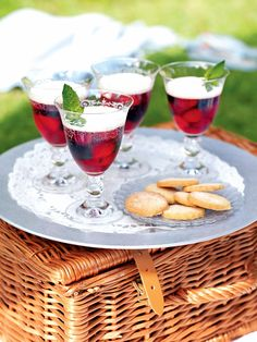 Make these sparkling fruit jellies with Prosecco or Champagne. Just as suitable for a dinner party as a posh picnic.