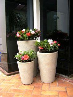 Conjunto de vasos em resina de polietileno com Azaléias Container Plants, Container Gardening, Small Gardens, Outdoor Gardens, Front Yard Landscaping, Plant Decor, Garden Projects, Garden Inspiration, Garden Pots