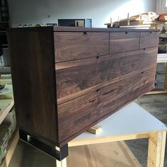 """1,391 Gostos, 6 Comentários - ArtisanBorn (@artisanborn) no Instagram: """"@jeffmackdesigns knocked it out of the park with this beautiful dresser. Solid walnut and lots of…"""""""