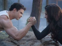 emmett-bella-arm-wrestle