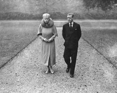 6th October 1945: The Duke of Windsor (1894 - 1972), the former King Edward VIII, at Marlborough House with his mother, Queen Mary (1867 - 1953). It is the first time they have met in nine years. (Photo by Reg Speller/Fox Photos/Getty Images)