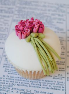 Elegant and simple . love it. Valentine's day Cupcake