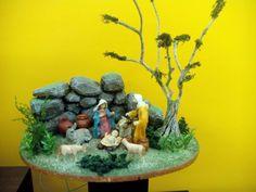 Nacimiento entre piedras, con figuras de 11 cm.