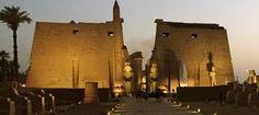 El templo de Luxor el pasado martes. Al fondo se ve la estatua de Ramsés II cubierta por una manta, antes de ser presentada.
