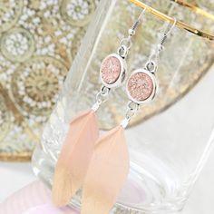 Zomerse sieraden in pastelkleuren met schattige veertjes en gouden details