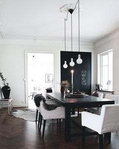 Love the light, herringbone floor, white walls, simple decor Black And White Dining Room, Black White, White Wood, Black Table, Decoracion Vintage Chic, Dark Wood Floors, Dark Flooring, Wooden Flooring, Flooring Ideas