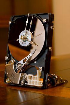 Relógio feito de um disco rígido | Criação de Sites | Construção de Sites | Web Design | SEO | Portugal | Algarve | http://www.novaimagem.co.pt