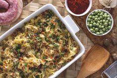 Le tagliatelle pasticciate al forno sono un primo piatto ricco e sostanzioso con tagliatelle fresche e un condimento di ricotta, piselli e salsiccia.