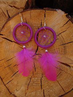 Fialkovo-růžové dreamcatchery do uší Výrazné lehoučké náušnice ve fialkové barvě s růžovými peříčky (barvy jsou ve skutečnosti jasnější), zlomky růženínu a mléčným rokajlem. Délka náušnic včetně afroháčků činí cca 13 cm, průměr kroužků cca 4 cm.