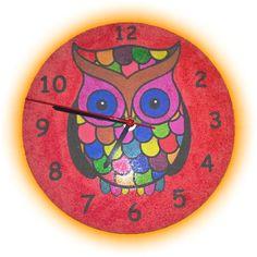 Hotové funkční hodiny, vybarvené barevným pískem.