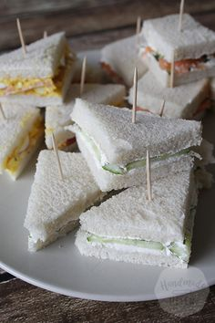 In my high tea series there are a number of things that should not be missing, for a traditional high tea. This also applies to these sandwiches. I give three delicious varieties, although I can still do with you High Tea Sandwiches, High Tea Food, Brunch Buffet, Happy Foods, Dessert Drinks, Tea Recipes, Finger Foods, Tapas, Cravings