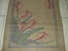 ANA SILVEIRA - ARRAIOLOS: tapete tulipas- 0,55 x 1,05 =0,57 m² Crochet Carpet, Chicken Scratch, Rug Hooking, Doilies, Hand Stitching, Jute, Decoupage, Bohemian Rug, Diy And Crafts