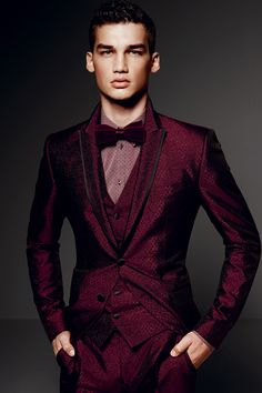 Our destination wedding suit of the week is by Dolce & Gabbana. Sharply tailored suits define the Dolce & Gabbana look, and this stylish tuxedo is perfect for daring grooms. Dolce Gabbana Hombre, Dolce And Gabbana Man, Sharp Dressed Man, Well Dressed Men, Mode Man, Mein Style, Suit And Tie, Red Suit, Gentleman Style