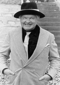 Benny Hill (b Hampshire, England) died at 68 years old. Dad tried his best to prevent me from watching the Benny Hill show Benny Hill, Tv Vintage, Looks Vintage, British Comedy, British Actors, English Comedians, Comedy Tv, Live Comedy, Hollywood