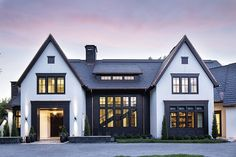 Transitional Lake House Interior Design-Ideen - Home Bunch Interior Design-Idee . Transitional Lake House Interior Design-Ideen - Home Bunch Interior Design-Idee . Dream House Exterior, Exterior House Colors, Black Windows Exterior, Style At Home, Haus Am See, Modern Farmhouse Exterior, Transitional House, Sims House, Modern House Design