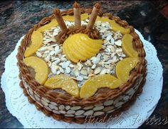 Torta fria rellena con crema pastelera y melocotones decorada con arequipe y almendras