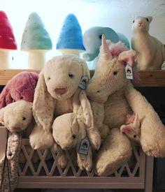 SoBoheme Antibes shop display, kids decor. Ils attendent d\'être #peluches #jellycat #softtoy #unlicorn #licorne #frenchshop #petiteboutique #boutiquebebe #boutiqueenfant