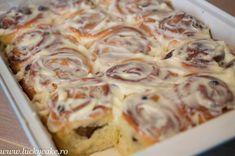 Rulouri cu scortisoara si glazura din crema de branza sau cinnamon rolls Nu pot sa va descriu mirosul raspandit in bucataria mea. Sunt delicioase ! Lucky Cake, Pastry And Bakery, Sweets Recipes, Lasagna, Feta, Nutella, Deserts, Good Food, Food And Drink