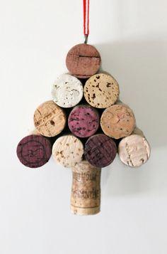 Un mini sapin de Noël en bouchons de liège de différentes couleurs à suspendre ou à accrocher pour décorer la maison