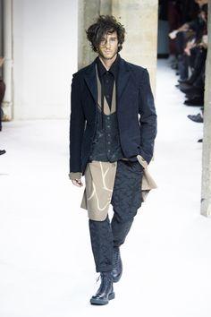 ヨウジヤマモト(Yohji Yamamoto)の2017-18年秋冬コレクションが、2017年1月19日(木)にフランス・パリで発表された。緩いアウターにレイヤードを織り交ぜて、ボトムスはクロップド丈...