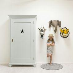 Cool en stoer meisjes kamer: styling van kinderkamer kamer in stijl. Grijs gehaakt vloerkleed van naco!