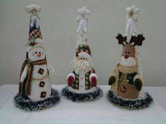 Conos navideños Christmas Craft Projects, Christmas Themes, Christmas Decorations, Holiday Decor, Felt Christmas, All Things Christmas, Merry Christmas, Christmas Ornaments, Quilted Ornaments