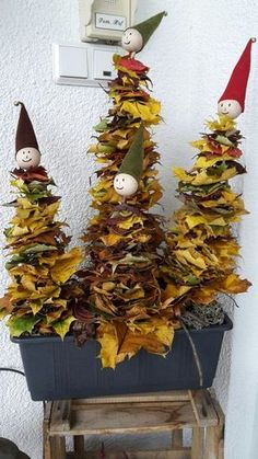 Knutselen met bladeren: 25+ leuke knutselideeën met blad uit bos of tuin Autumn Crafts, Autumn Art, Nature Crafts, Autumn Nature, Leaf Crafts, Diy And Crafts, Crafts For Kids, Children Crafts, Christmas Time