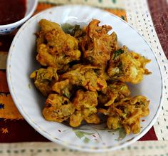 Cauliflower pakoras recipe - Step by step with pictures how to make Indian cauliflower pakoras. Delicious crispy deep fried cauliflower snack.