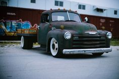 How sweet is this flatbed? This is a 1950 Chevy 6400 dually flat bed rat rod on a modern chassis. Dually Trucks, Chevy Pickup Trucks, Hot Rod Trucks, Lifted Ford Trucks, Chevy Pickups, Chevrolet Trucks, Diesel Trucks, Truck Drivers, Chevy 3100