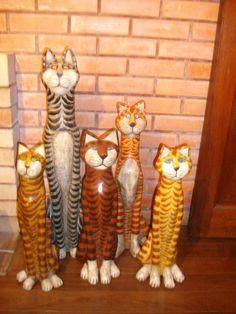 Gatos, varios colores y tamaños hechos en papel maché