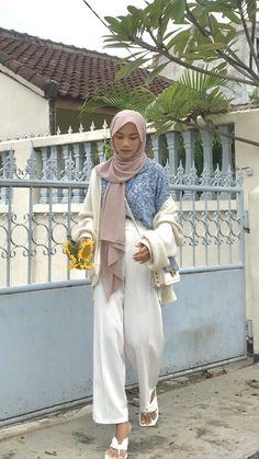 Muslim Fashion, Hijab Fashion, Fashion Outfits, Women's Fashion, Ootd Hijab, Hijab Outfit, Angle Foto, Selfie Poses, Korean Outfits