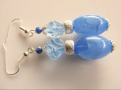 Oorbellen Frosty Blue acryl tonnetje met glaskraal in aparte vorm en een kristalglas facet rondelletje. geheel verzilverd Pearl Earrings, Drop Earrings, Swarovski, Jewelry, Fashion, Moda, Pearl Studs, Jewlery, Jewerly