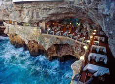 italiano Grotta Palazzese fica a cerca de 20 metros acima do nível do mar, na cidade de Polignano a Mare