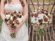 Bouquets de noiva com pinhas. #casamento #bouquet #noiva #pinhas #inverno