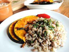 Por Marina Kawata Típico do Nordeste, o Baião de Dois é uma mistura de feijão verde ou feijão de corda (que é o feijão verde seco) e arroz branco, tudo com muito tempero. É um prato gostoso e nutritivo, mas geralmente na mistura vem também linguiça... #alimentaçãosemcarne #arroz #baiãodedois