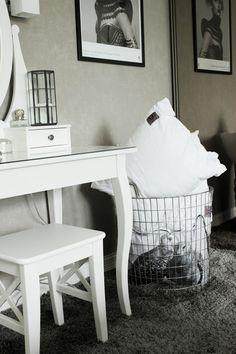 sovrum, grått och vitt i sovrummet, kuddar i stålkorg, korg från em möbler, vitt sminkbord, grå heltäckningsmatta i sovrum, vitt och grått,