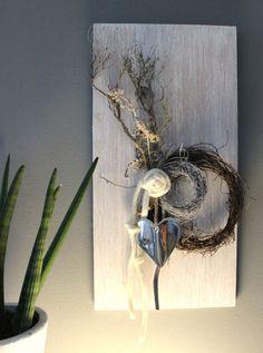 WD91 – Zeitlose Wanddeko! Wanddeko aus neuem Holz, weiß gebeizt, dekoriert mit natürlichen Materialien, zwei Rebenkränzen, Filzbänder, Filzrose und einem Metallherz! Preis 49,90€ Größe 30x60cm