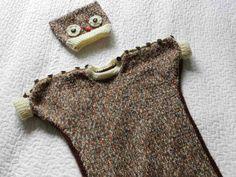 Unipussi ja pöllöaiheinen myssy pitävät pienokaisen lämpimänä vaunulenkillä. Napitukset olkapäillä ja helmassa helpottavat pukemista. Knitting For Kids, Straw Bag, Knit Crochet, Baby, Fashion, Moda, Fashion Styles, Ganchillo, Baby Humor