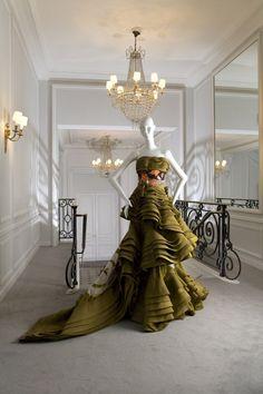 """Robe """"Miya-Sama-San"""" printemps-été 2007 Christian Dior par John Galliano, porté par Clotilde Courau au Bal du 60ème anniversaire de la maison Dior à Versailles."""