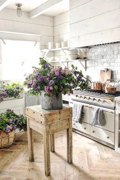 Vintage Decor Rustic Rustic Farmhouse Kitchen - Farmhouse decor reflects a slower, more relaxed pace of life in the country. Find out how to decorate with Farmhouse style with Interior Designer, Tracy Svendsen. Shabby Chic Farmhouse, Country Farmhouse Decor, Shabby Chic Kitchen, Shabby Chic Homes, Shabby Chic Decor, Farmhouse Style, Modern Farmhouse, American Farmhouse, Eclectic Kitchen