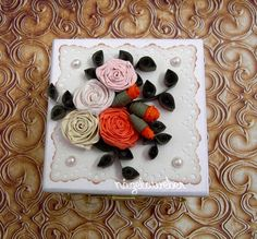 Caixa em MDF enfeitada com rosas em quillling. MDF box adorned with roses in quillling.