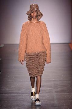 221015-desfile-fernanda-yamamoto (1) Fernanda Yamamoto, Ronaldo Fraga, Earth Tones, Sweaters, Dresses, Fashion, Fall Winter, Dress With Sweater, Log Projects