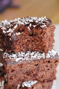 Kärleksmums är bland det godaste jag vet! Klassiska mockarutor med kokos som också kallas kärleksmums. De bakas i långpanna och blir alltid så saftiga och goda. En supergod kärleksmums ska vara luftig, saftig och en lagom chokladsmak. KÄRLEKSMUMS 230 g smör 2 dl mjölk 5 dl strösocker 2 msk vaniljsocker 5 ägg 1 dl kakao [...]